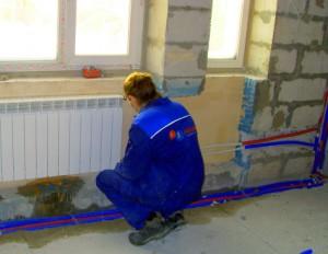 Специалист устанавливает радиатор