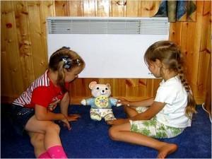 Дети играют возле конвектора
