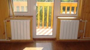 Два радиатора под окнами