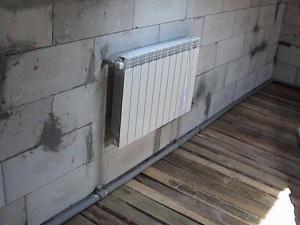 Смонтированный алюминиевый радиатор в однотрубной систем