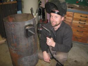 Круглая печь делается сварщиком