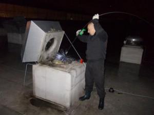 Мужчина чистит дымоход
